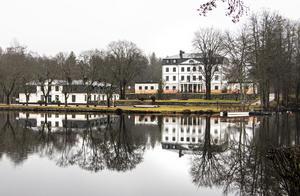 Forsbacka herrgård – som ligger vackert intill Storsjön – byggdes 1777 som bostad åt brukets ägare Johan Magnus af Nordin.