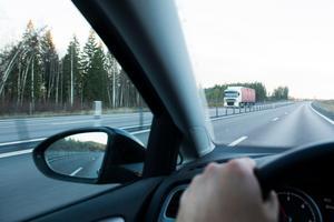 Om man reser mellan Hudiksvall och Sundsvall och kör enligt gällande hastighetsbegränsning upplevs man som en bromskloss i trafiken, skriver signaturen