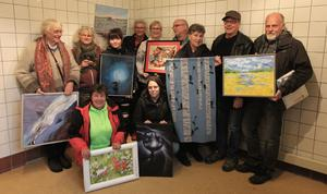 Några av konstnärerna tillsammans med Sonja Björkens, som står i mitten i bakre raden bakom den delvis röda tavlan.