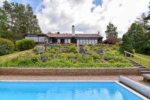 En enastående villa med utsikt över en egen pool och Siljan. Vardagsrummet erbjuder en panoramautsikt som är svårslagen. Privat.