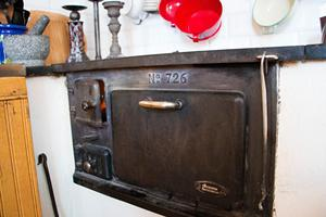 I köket finns den gamla vedspisen kvar. Kalla dagar eldas det fortfarande i den.