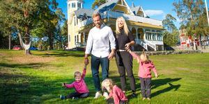 Den pampiga villan byggdes som sommarhus i slutet på 1800-talet och var i många år samlingsplats åt baptistförsamlingen. Men sedan några år tillbaka bor här trillingfamiljen Lundin.