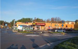 Intill rondellen mellan Erikshällsgatan och Västergatan upplever många att det är otryggt. Här skulle det kunna bli ett stadsdelscentrum med park och torg som mötesplatser, nya hus med mataffär i botten och bostäder ovanpå, och gärna intilliggande lekpark. Där bilden är tagen ligger en bensinmack som kommunen gärna vill flytta på, till förmån för fler bostäder. Foto: Södertälje kommun