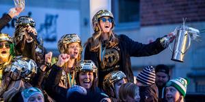 Ta chansen att träffa några av SM-hjältarna under VSK:s ispremiär. Här firar Malin Persson guldet.