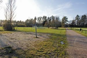 Intill volleybollplanen på Björkliden var den föreslagna platsen för en hundlekgård i Valskog.