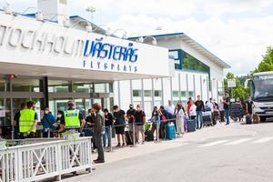 Passagerare är nämligen de som utgör grunden för intäkterna för Nya Västerås flygplats AB. Det är de som parkerar, använder terminalhall och köper saker i den lilla baren.Precis som medierna tidigare rapporterat så skulle de fordras att passagerarantalet skulle tiodubblas för att flygplatsen skulle bära sina egna kostnader.