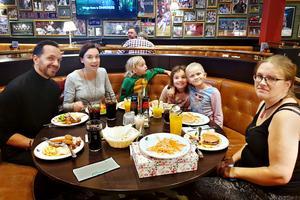 The swedish family består av pappa Axel, mamma Joanna, sonen Harry och dotter Alma. Här med Alice och Jenni Dahl.