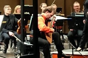 Marco Tamayo framför Nordiska Kammarorkestern. Bild: Anna-Maria Nilsson