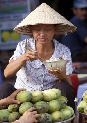 Vietnameserna äter pho-soppa till frukost och fortsätter sedan under hela dygnet, när de är sugna på snabbmat.