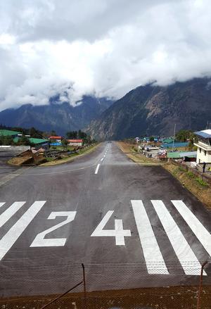 Flygplatsen i Lukla är en av värdens farligaste flygplatser. Landningsbanan är 480 meter lång, sedan väntar en bergvägg i ena änden och ett stup på sisådär 800 meter i andra änden.