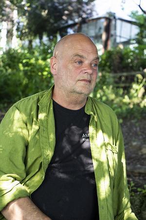 - Konst ska inte vara något som läggs ovanpå, säger Peter Flinck.