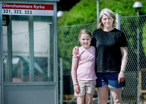 Alva och Susanne Thorén väntar otåligt på besked om flytten från Glanshammars skola till Almbyskolan har  godkänts.