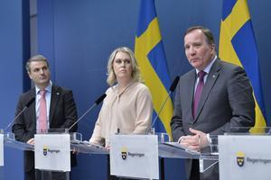 Näringsminister Ibrahim Baylan, socialminister Lena Hallengren och statsminister Stefan Löfven. Bild: Jessica Gow/TT
