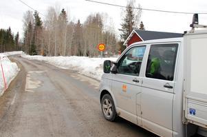 På många grusvägar är det löst och mängder med potthål. För att försöka rädda vägarna från sönderfall stoppas den tunga trafiken.