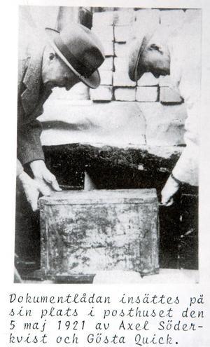 Bildbeviset på att kistan, även kallad dokumentlådan, sattes på plats den 5 maj 1921. När posthuset byggdes om 1950 påträffades kistan som då visade sig vara skadad. Den lagades, eller byttes mot en ny, och murades in i trappan. Foto: Privat