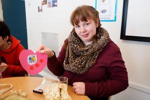 Alla elever fick ett kompishjärta under invigningen. Det symboliserar den gemenskapsom ska råda på skolan. Maja Östlund går sist fjärde och sista år. Efter gymnasiet vill hon jobba på café.
