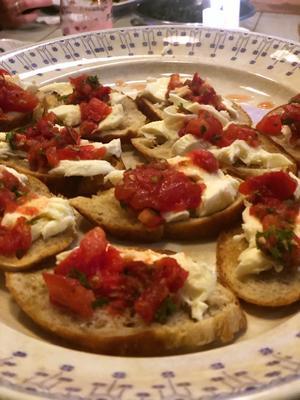 Rostade baguetter med mozzarella och semitorkad tomat.