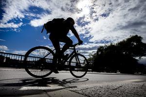 Tack vare kultur- och fritidsstödet har sonen kunnat komma ut och cykla och promenera, bland annat. Genrebild: Magnus Andersson / TT