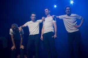 Musik, dans, spex och teater – och värmländskt inspirerad buskishumor – suger musten ur en. Här hämtar kvartetten från Jersey Boys andan under ett mellansnack.