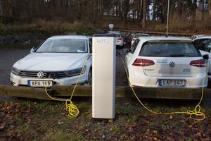 Kommunens bilar kommer att få ett låst utrymme i parkeringsdäckets undre del. Just nu står de bland annat på parkeringsplatsen mellan Stadshuset och Badparken.