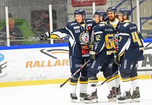 Patrik Elfsberg, Viktor Bemström, Matej Galvaby och Lucas Byhlin jublar efter ett av Borlänges mål i segermatchen mot Forshaga.
