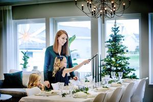 I vardagsrummet finns plats för både soffgrupp och matgrupp. Moa förbereder för gästernas ankomst.