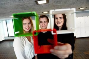 Vera Wallin, Petter Karlsson och Julia Berglund med en miniprototyp av sitt hyllsystem som de utvecklat i UF-företaget Spectra.
