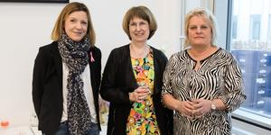 En glad trio efter att mammografimottagningen på Södertälje sjukhus invigts. Izabela Grape, ordförande för bröstcancerföreningen Amazona. Ann Sundbom, verksamhetschef och överläkare på mammografi-bröstcentrum på Södersjukhuset. Fia Westman, verksamhetschef för röntgen på Södertälje sjukhus.