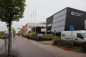 Fastighets AB Hushagens fastighet på Röda vägen består av två byggnader som sitter i hop. Högskolan och kommunala vuxenutbildningen har i dag verksamheter där.