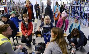 Många passade på att besöka bytesmarknaden. Melvin och Milla Zell var där med sin mamma Anna-Karin för att hitta slalomutrustning.