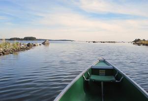 På väg med kanoten från Gammel-Anna ut på Harkskärsfjärden. Ligger havet så här blankt går det utmärkt att ta sig ut från de mer skyddade vikarna.