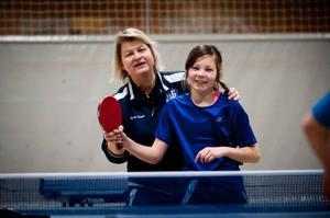 Caroline Hellström var en av de ungdomar som fanns på plats vid måndagskvällens träning i Jämtkrafthallen. Här får hon hjälp av Anna-Carin Larsson.