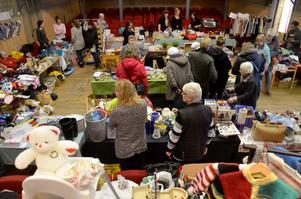 Välfyllt. Många säljare och besökare kom till lördagens loppis i Askersund.