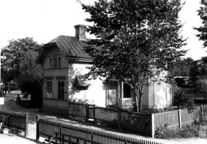 DYSTER STUGA. Gävles och länets bödlar bodde i den här idyllen på Söder, mellan Stora Islandsskolan och nuvarande Folkets hus. Skarprättargården användes som sjuksköterskemottagning i mitten av 1900-talet och revs för omkring 30 år sedan.