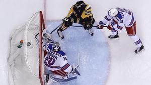 Carl Hagelin, i svart tröja, gör 1-1-målet för Pittsburgh Penguins mot New York Rangers.