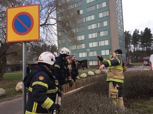 Räddningstjänsten kunde snabbt släcka branden och vädrade sedan ut röken från den aktuella lägenheten.