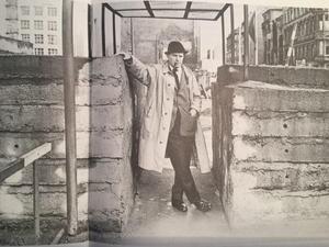 Jolo vid Checkpoint Charlie, en övergång mellan Västberlin och Östberlin på den tiden då Berlin-muren delade staden.Foto: Okänd