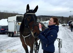 Amanda Hedlund och Global Timeless efter segern på Bergsåkerstravet under onsdagen.