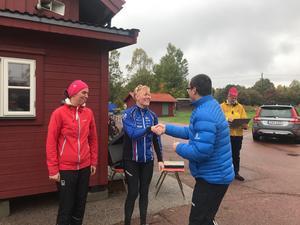 Laura Csucs-Fenyvesi och Sara Lissmyr får sina medaljer av tävlingsledaren Claus Csucs.