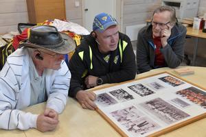 Jarle Mosshäll, Bengt-Arne Halvarsson och Inge Olsson med en tavla på Drevdagens fotbollslag genom åren.