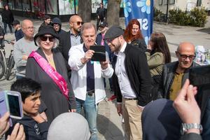 Jimmie Åkesson tittar på bilder i Kungsöraren Robert Redenkvists telefon. På bilden syns även Britt-Marie Häggkvist Back och i bakgrunden Köpings Maria Liljedahl, som själv står på SD-listan till EU-valet.