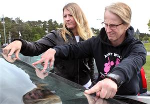 Ida Stensdotter och Monica Mandt Pettersson inspekterar Monicas bil. Hon vill helst slippa ligga ute med pengarna för lagningen och väntar därför på besked från den ansvariga entreprenören.