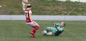 Gefles målvakt Tilda Keisu stoppar SIFs skyttedrottning Simone Edefall.