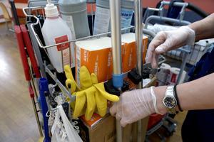 SD och L vill att vårdbiträden får en roll för enklare arbetsuppgifter inom sjukvården. Men förslaget från SD röstades ner i regionfullmäktige