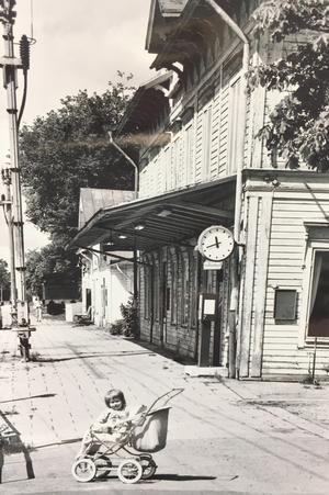 Tillberga tågstation 1990, barnbarnet Anna-Lisa i förgrunden.