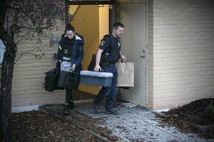 Polisens tekniker var i lägenheten på fredagsförmiddagen för att försöka säkra spår.
