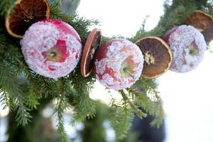 Hantverk av olika slag, fika och fiskdamm. Många julmarknader erbjuder aktiviteter både för vuxna och barn.