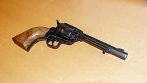 Någon har lämnat in en större revolver ...