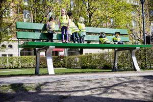 Den stora gröna bänken i Henry Allards park köpte Örebro kommun in för 560 000 kronor efter Open Art 2015. Foto: Arkivbild Lennart Lundkvist