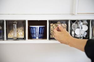 I köket används gamla skafferilådor i glas som förvaring för allt från frukostmüsli till värmeljus.